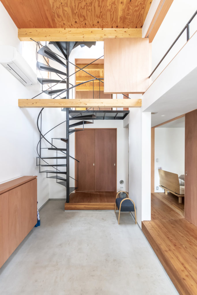 玄関ホールから見る。1階奥には浴室がある。