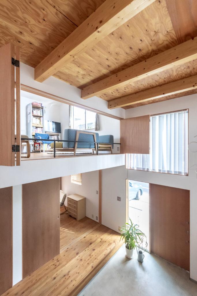 1階にはホールに面して子ども部屋が2つ並ぶ。上に見えるのはリビング。