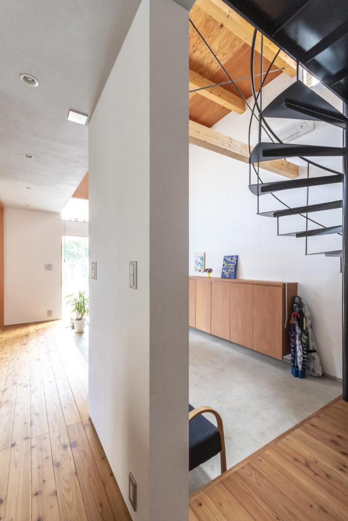 左が「旅館の大きな玄関」のようなイメージでつくられた廊下。モノを置いたり座ったりと使い勝手がいいという。