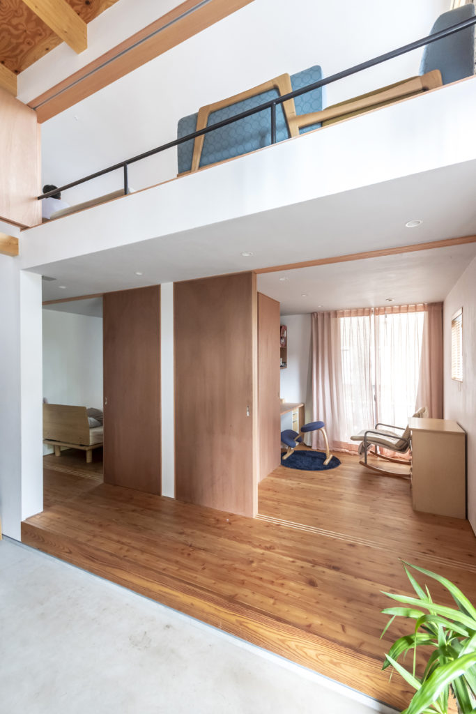 戸を開けておくと手前のホールと子ども部屋、リビングがつながりワンルームのようにも感じられる。