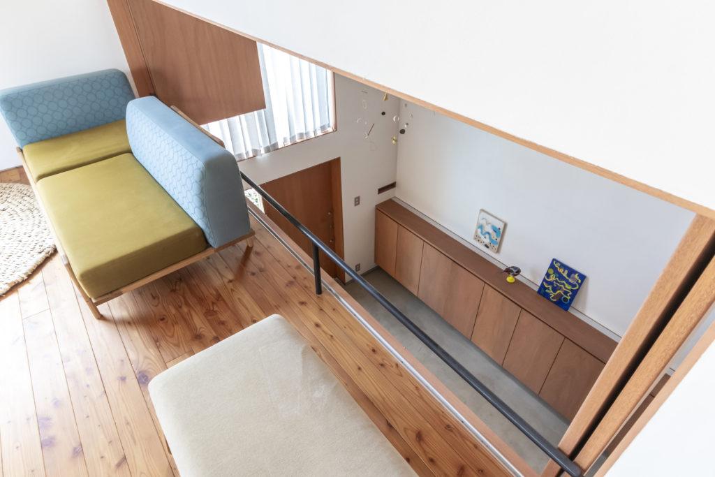 2階のリビングにいても人の出入りが容易に確認できる。