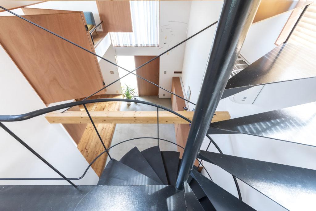 階段途中から玄関ホールを見下ろす。