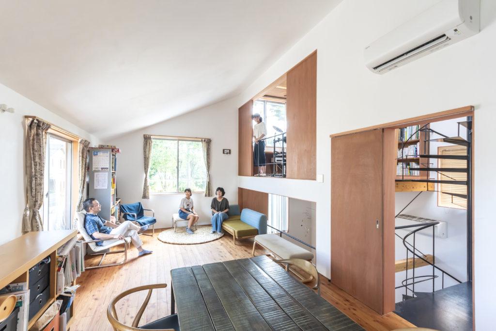 Hさんはこの大きな傾斜天井が落ち着けて気に入っているという。奥さんもこの天井も含めソファのところから見える景色が好きという。ソファのファブリックは皆川明さんデザインのものをオプションで張ったものという。