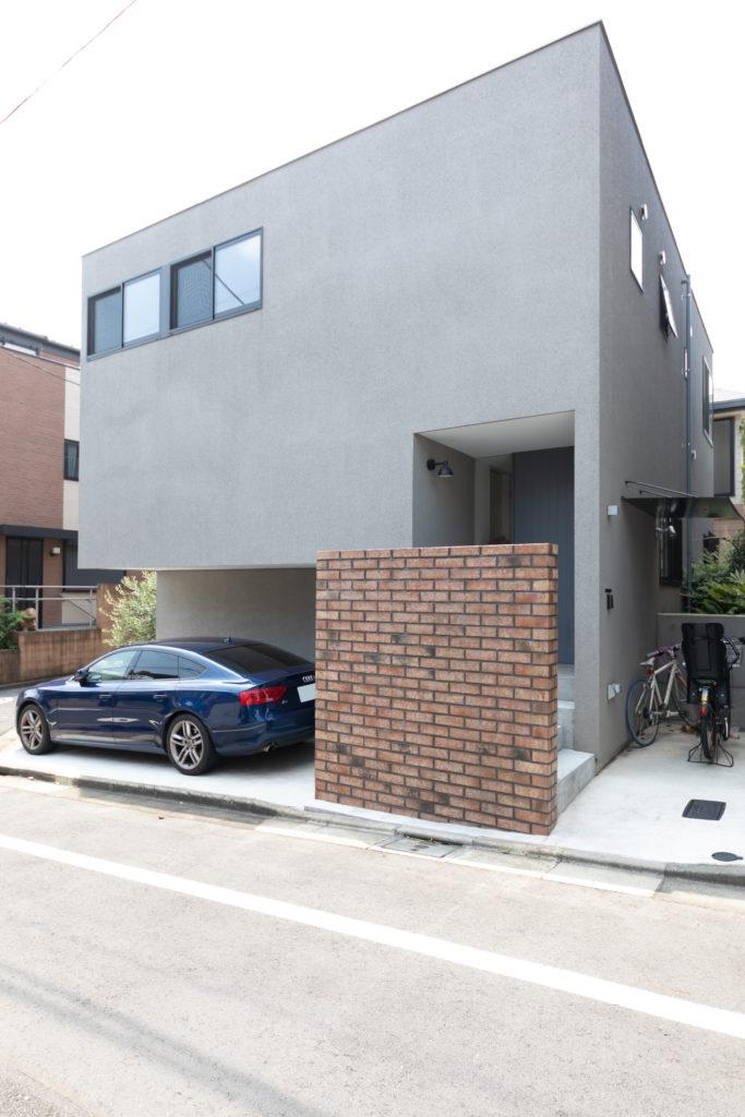 東京・世田谷の閑静な住宅街に建つ。モダンで落ち着いた佇まいが地域に馴染んでいる。