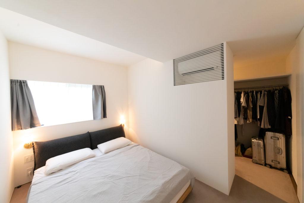 1階の寝室。たっぷり収納できるクローゼットを併設。M邸のエアコンはすべて隠して設置(上部)。