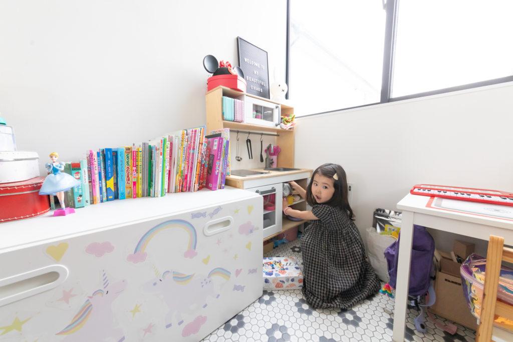 書斎の奥には、お嬢さんのおもちゃスペースが。「私たちが近くにいるため、安心して遊んでいます」。