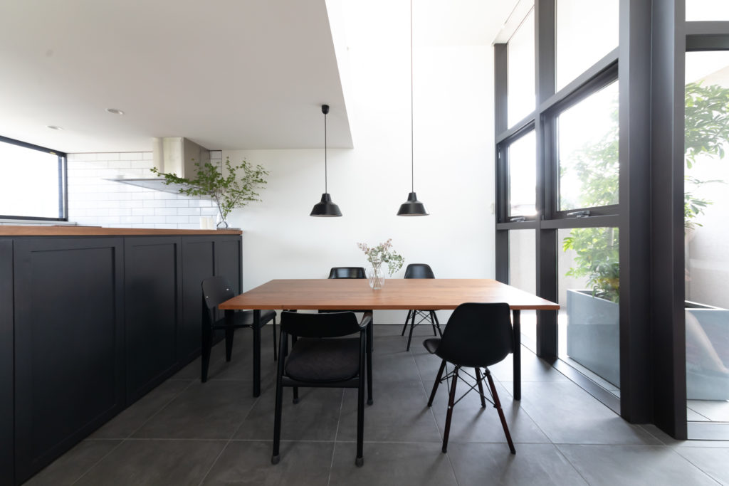 『マルニ木工』で購入した椅子とダイニングテーブル。テーブルのサイズに合わせて、このダイニングスペースは設計された。