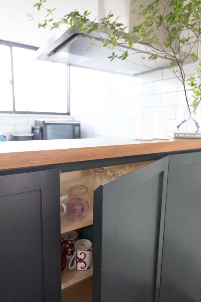 カウンターキッチンのダイニング側は収納になっている。パーティ時などコップがすぐに取り出せ、便利。