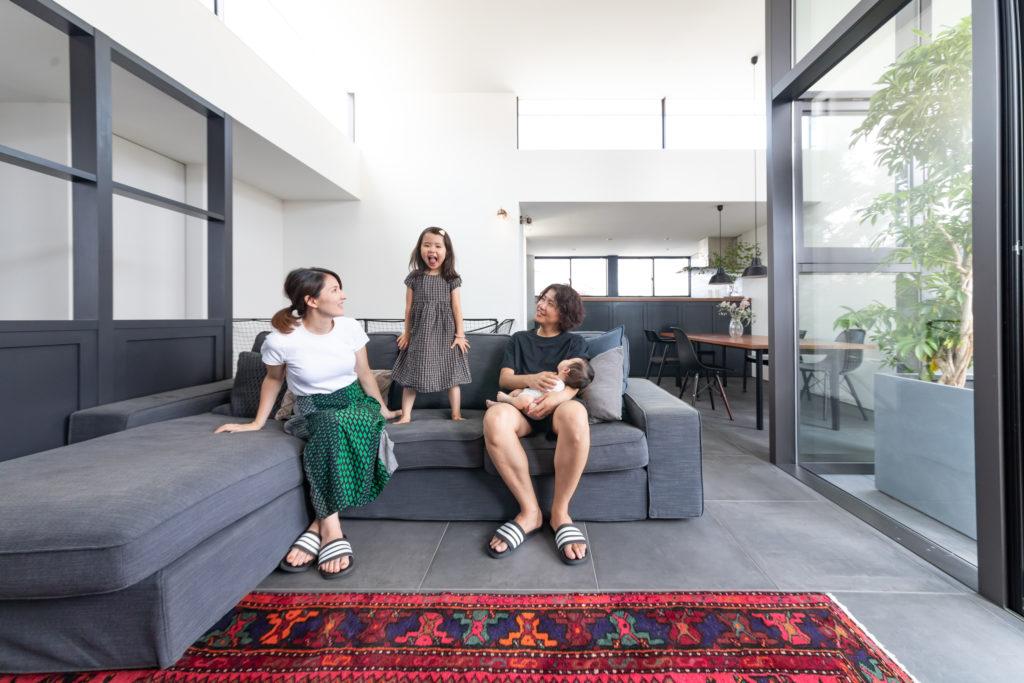 ご夫妻とお嬢さん、生後2か月の息子さんの4人暮らし。「子どもたちがソファの上で暴れても汚しても大らかに見ていられるよう、今は『IKEA』のものにしています」。いずれは『アルフレックス』にしたいそう。