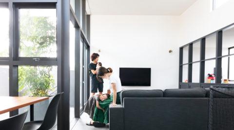 人が集まる家にしたいテラスまで一続きの大空間自然に家族がつながる家