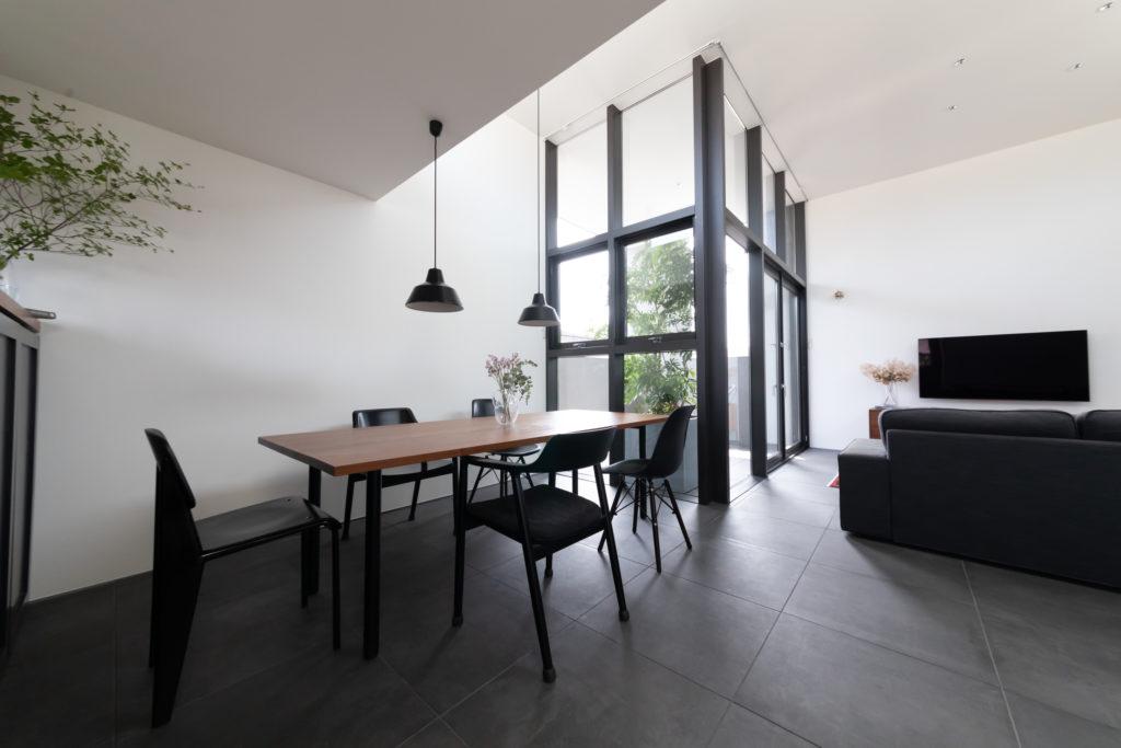 床のタイルや黒いフレームがスタイリッシュな印象。一目惚れした住宅からヒントを得たもの。