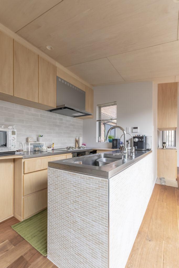 キッチンはリクエストでアイランド型に。洗い物をしながら空と緑が見える。