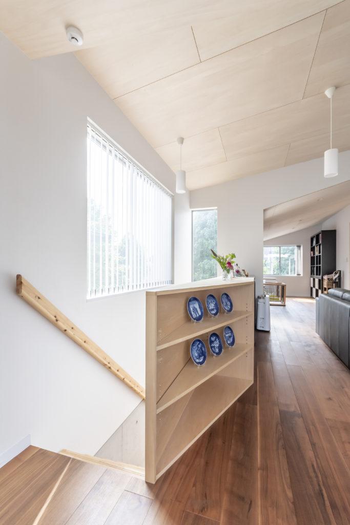 造り付けの家具が階段部分の壁も兼ねる。