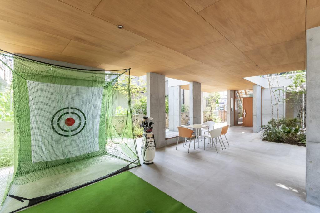 手前が伊藤さんのゴルフの練習スペース。音が響くため、緑の網を2重にしている。