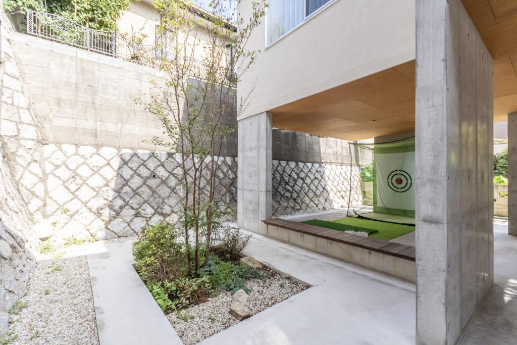 通常は使われないことが多い敷地の奥の部分も活用されている。擁壁が心地の良い「囲われ感」を生んでいる。