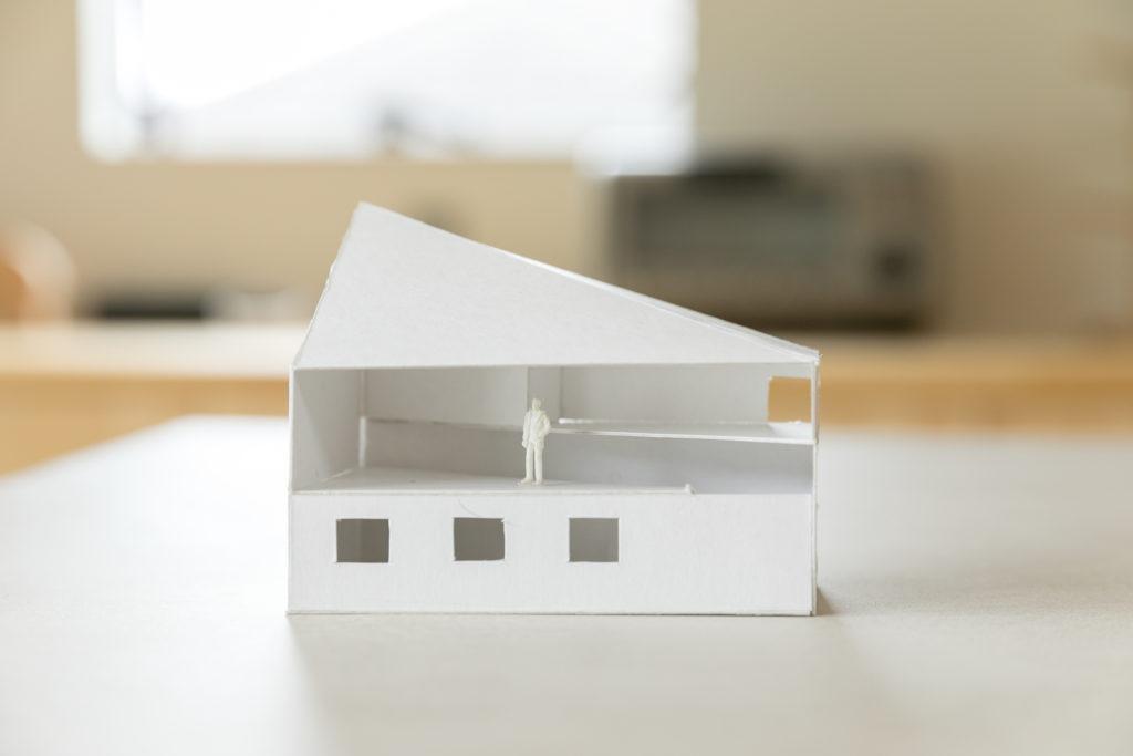 Kさん邸の初期のラフ模型。床と天井の斜めの線が生み出すオリジナルの空間がよくわかる。