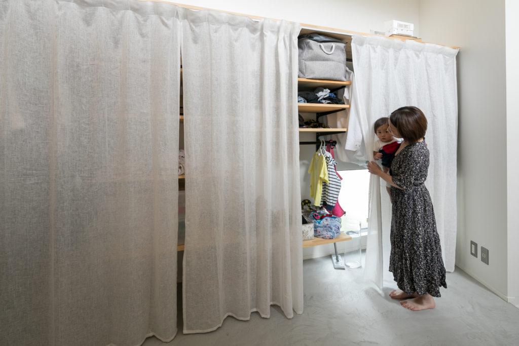 造りつけの収納は棚の高さを自由に変えられるので、しまいたいものやお子さんの成長によってフレキシブルに使える。