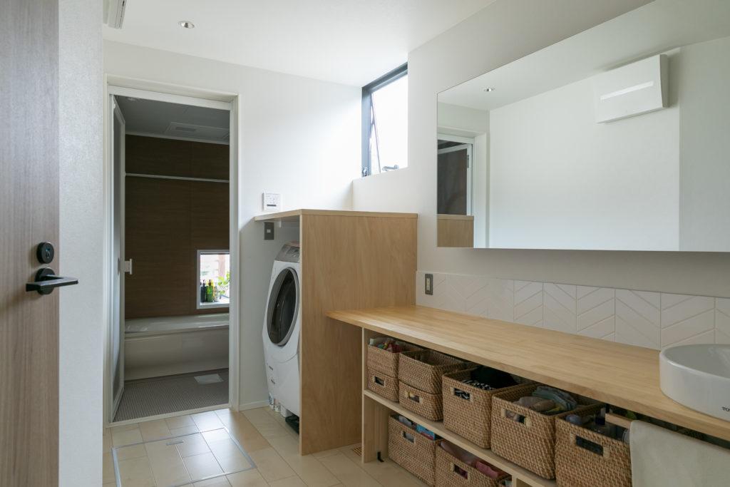 広々とした洗面スペース。洗濯機の周りは囲って、スッキリした印象に。メンテナンス時などは囲いを外すこともできる。
