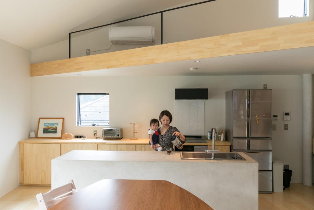 モールテックスというモルタルで造作したキッチンカウンター。奥さまが選んだ明るいベージュが、温かみのある雰囲気をつくっている。