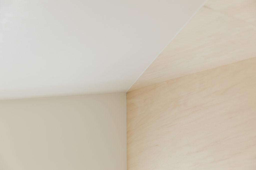 ロフトの壁と天井の収まりは「職人技の結晶」と吉村さん。