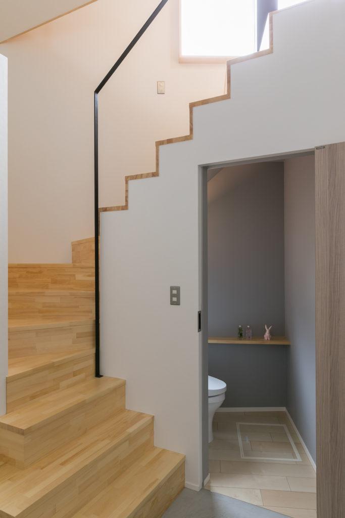 階段下はトイレにして、スペースを有効活用。