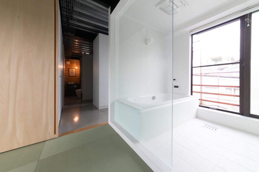 広々とした開放感のあるバスルーム。