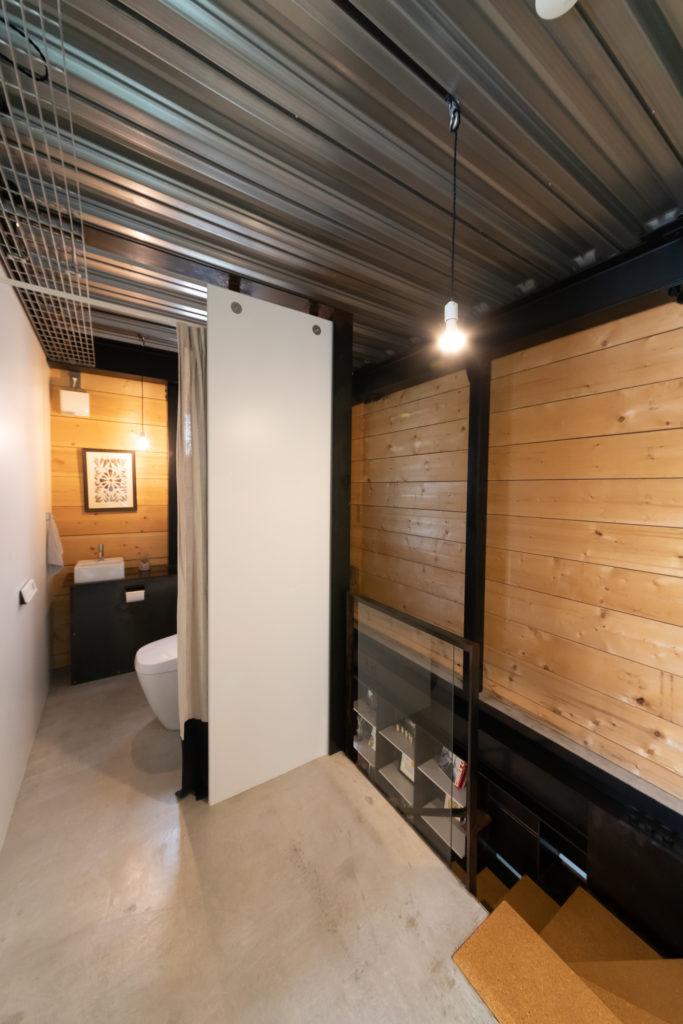 トイレには扉がない。必要に応じてカーテンを使う。「僕はトイレで考え事がはかどるので、トイレもひとつの部屋のように作りました。