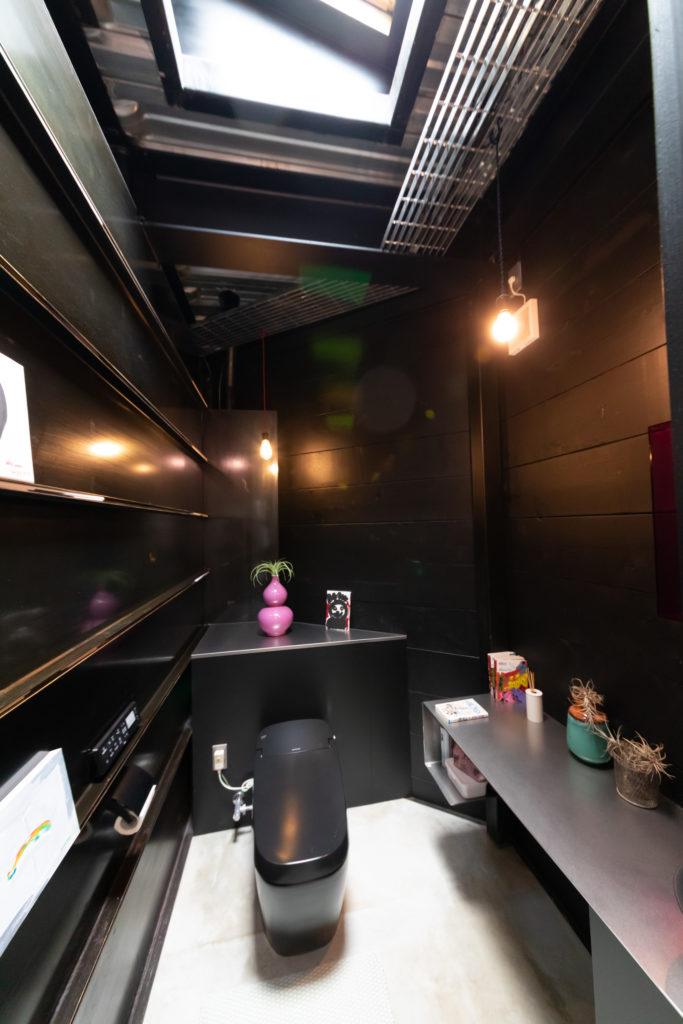 2階のトイレも部屋仕様。リビングと壁の間のスリットを通して繋がっている。「来客が使うことを考えて、2階にはちゃんと扉があります」