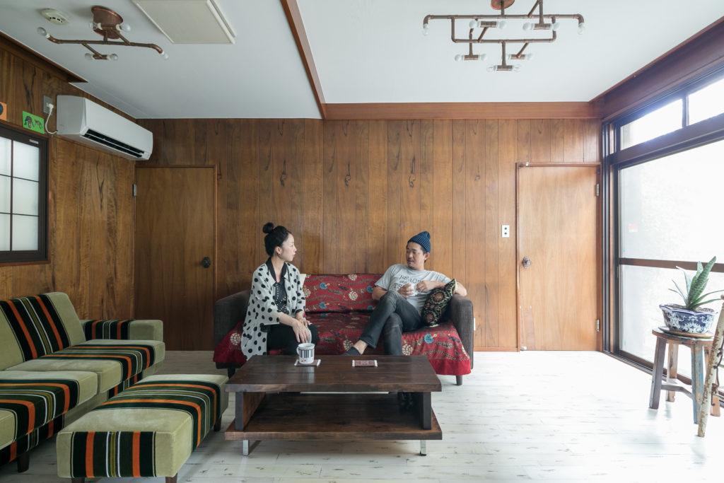 191014kob-002菜穂子さんが目指すリビングのイメージは「昭和の応接間」。ベロア生地のソファーがアクセント。