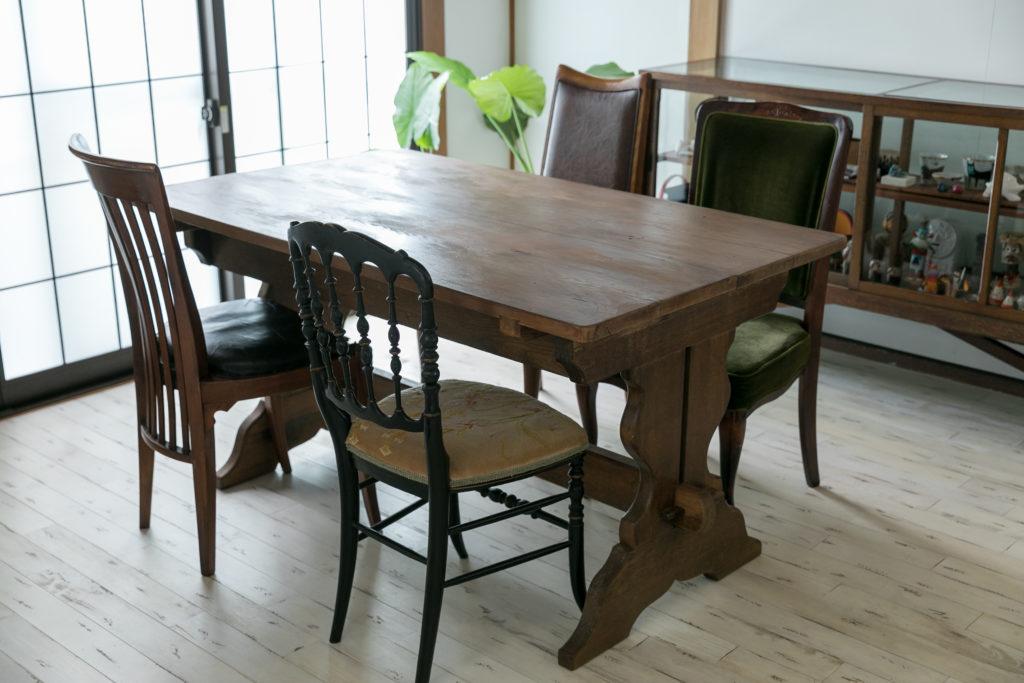 骨董屋で見つけたというアンティークのテーブルの脚に、後日福生の古道具屋で購入した天板を載せた。椅子はあえて揃えずにそれぞれ形の違うものを選んだ。