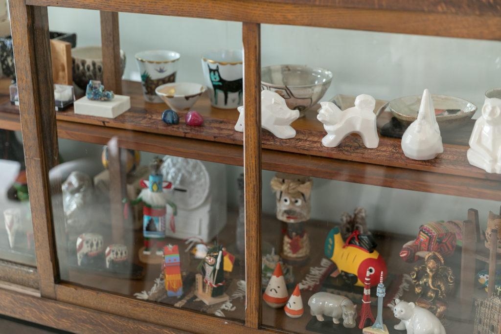 カメラマンという仕事柄、地方や海外へ行くことの多い大介さんが各地で買ってきた民芸品、菜穂子さんが趣味で集めた鉱物などが飾られている。