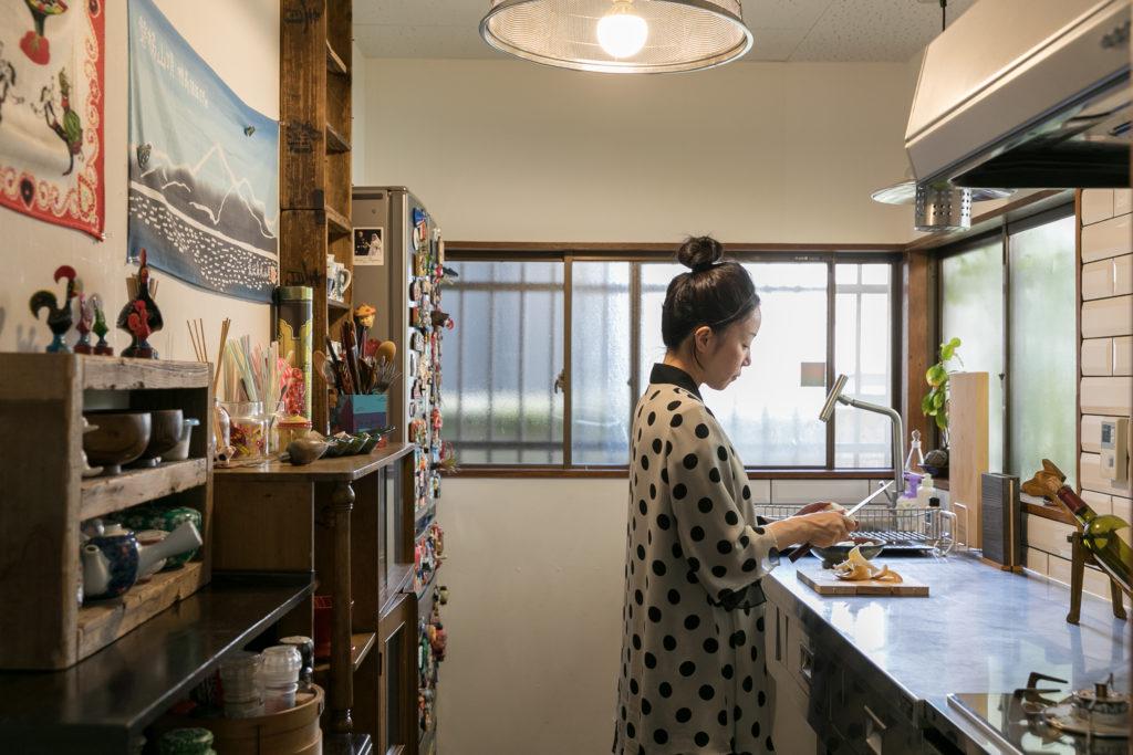 たっぷりとした作業スペースが特徴的なキッチン。