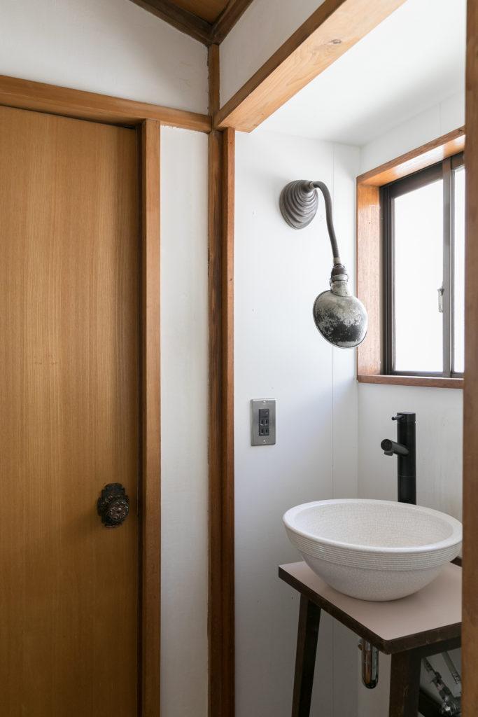 前の住人によりリノベーションされた2階の洗面台スペース。