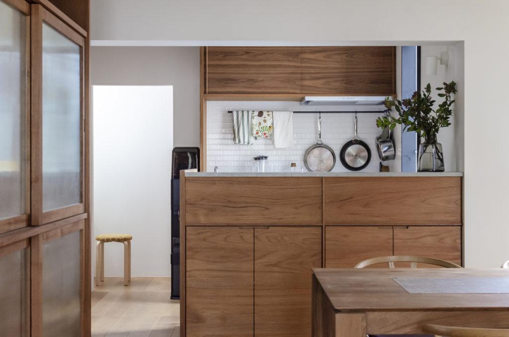 2階の造り付けの家具はすべてチークの無垢材で製作された。落ち着いた色合いとデザインで室内にシックな雰囲気が漂う。