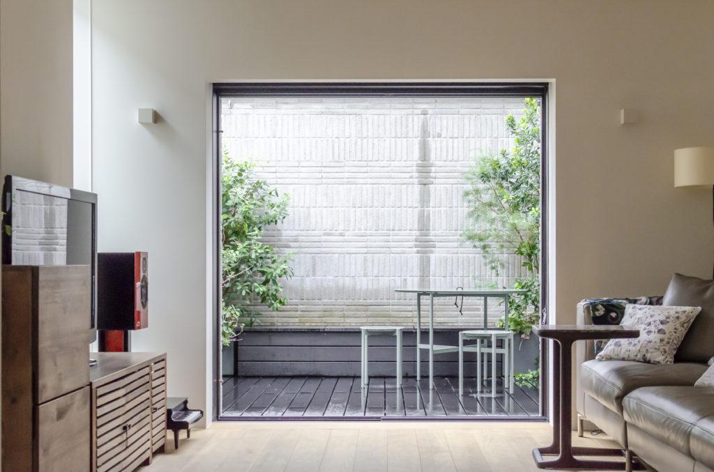 奥の壁は葉薫館と名付けられた賃貸スペースのもの。葉薫館には2世帯が入る。