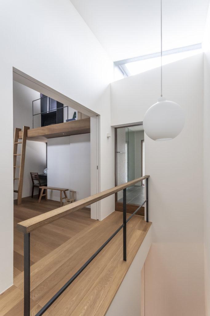 3階の寝室前から左に子ども部屋と奥に水回りスペースを見る。
