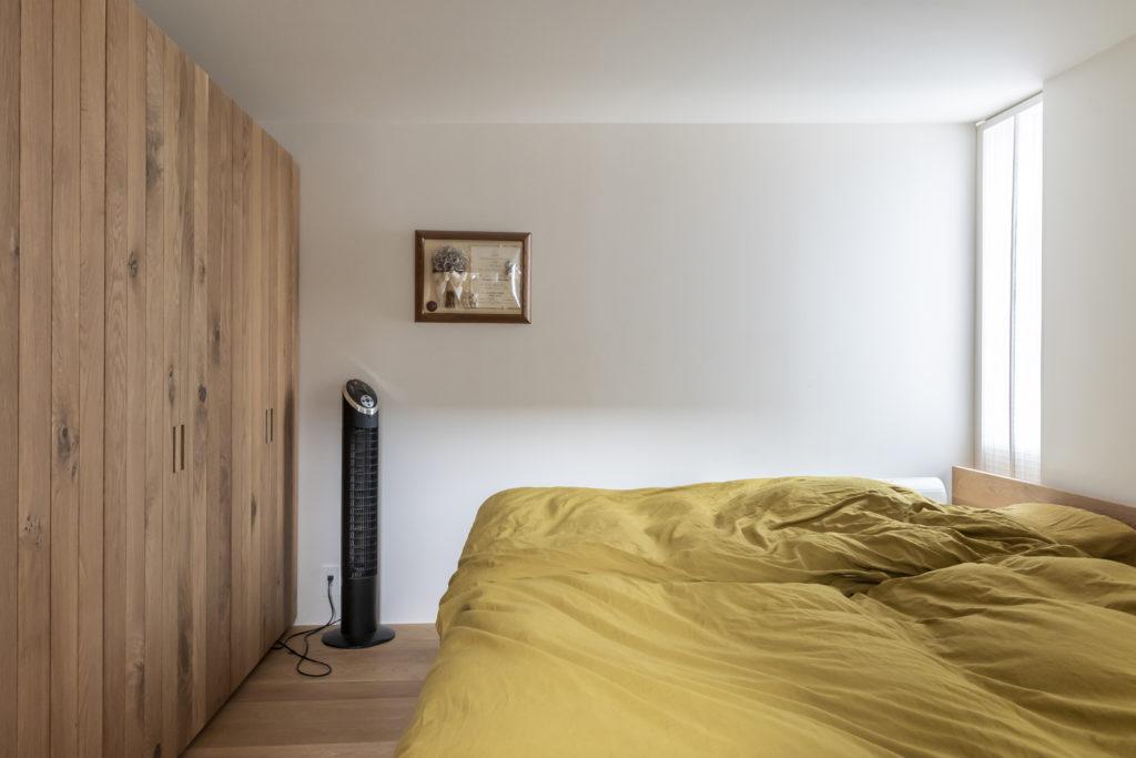 3階の寝室。左の収納もオークの無垢材でつくられたもの。