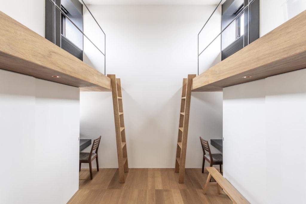 シンメトリックにデザインされた子ども部屋。これも空間に落ち着きをもたらすための工夫。
