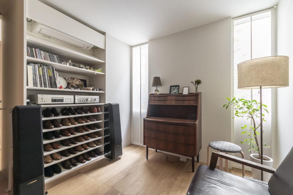 1階のOさんの書斎には靴を収納する棚がある。「革靴は自分の今までの人生において象徴的なもの」と話すOさん。革靴の手入れもここで行うという。この1階スペースは隣の賃貸スペースとつなげることもできる。