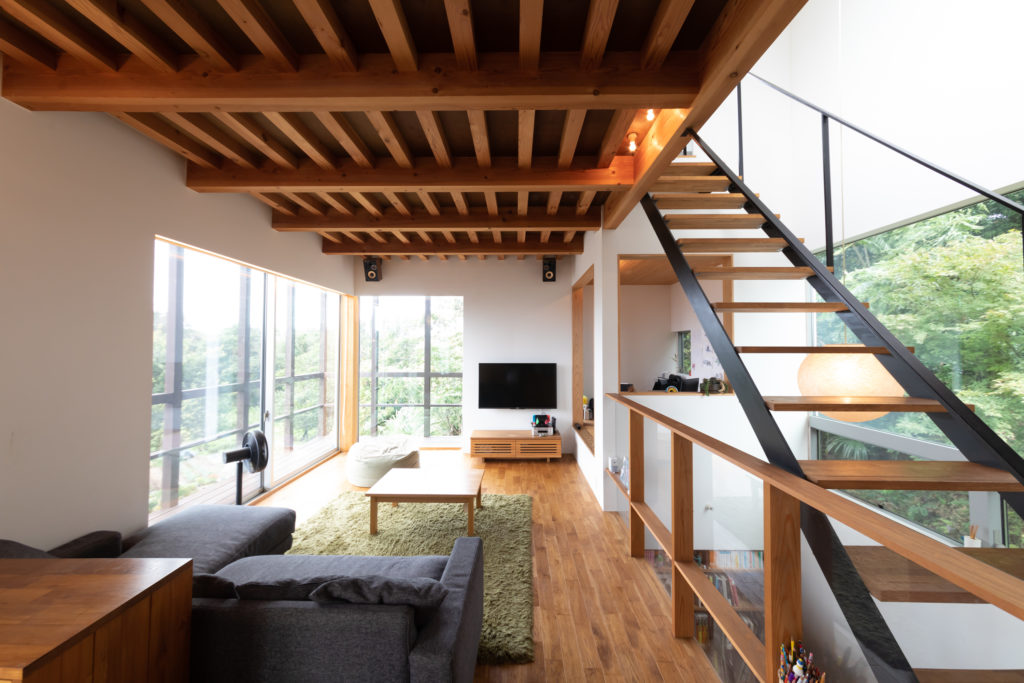 右側の階段を昇ると屋上へ。視線が抜けて開放的なスケルトン階段は、1階まで光を届け、排熱効果にも一役。