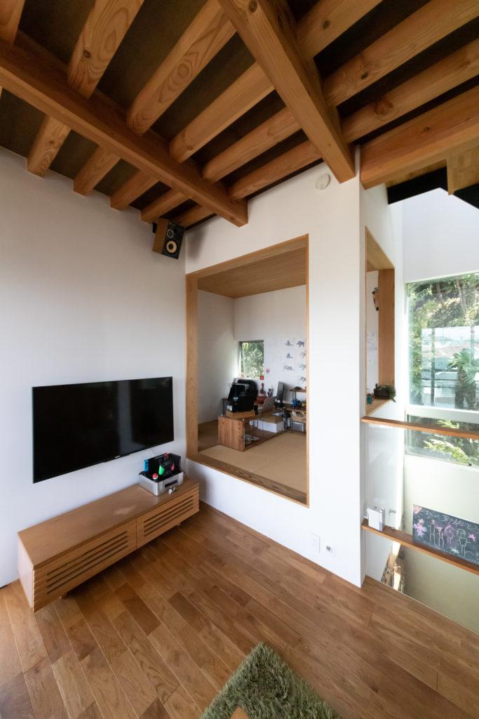 腰掛けるのにもちょうどよい和室。ゲストを泊めるために設けたが、現在は征佑喜さんの部屋!?