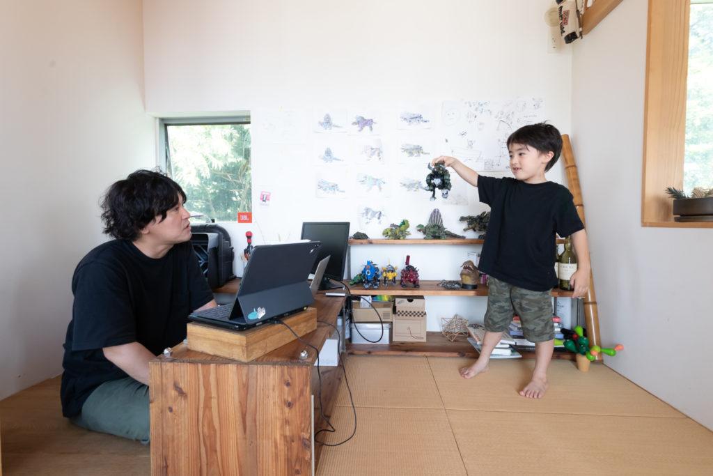 自ら一部(左側)に床材を敷き、塗装をする趣味の部屋にしてしまった征佑喜さん。朔くん(6歳)の好きな「ゾイドシリーズ」も征佑喜さんが塗った。