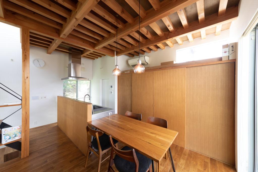アイランドキッチンとダイニングテーブルは横並びに配置。北欧ビンテージ家具屋で購入したダイニングチェアは形は異なるが座面の生地を統一した。