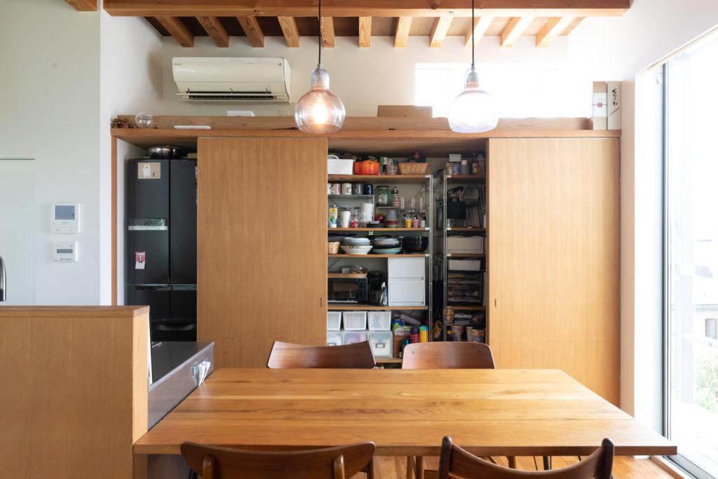 キッチンまわりの物は扉内にすべて収納。「すぐに片付けられて便利」と香織さん。