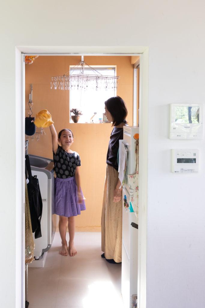 キッチン奥の洗濯室。空ちゃん(9歳)はよくお手伝いしてくれるそう。