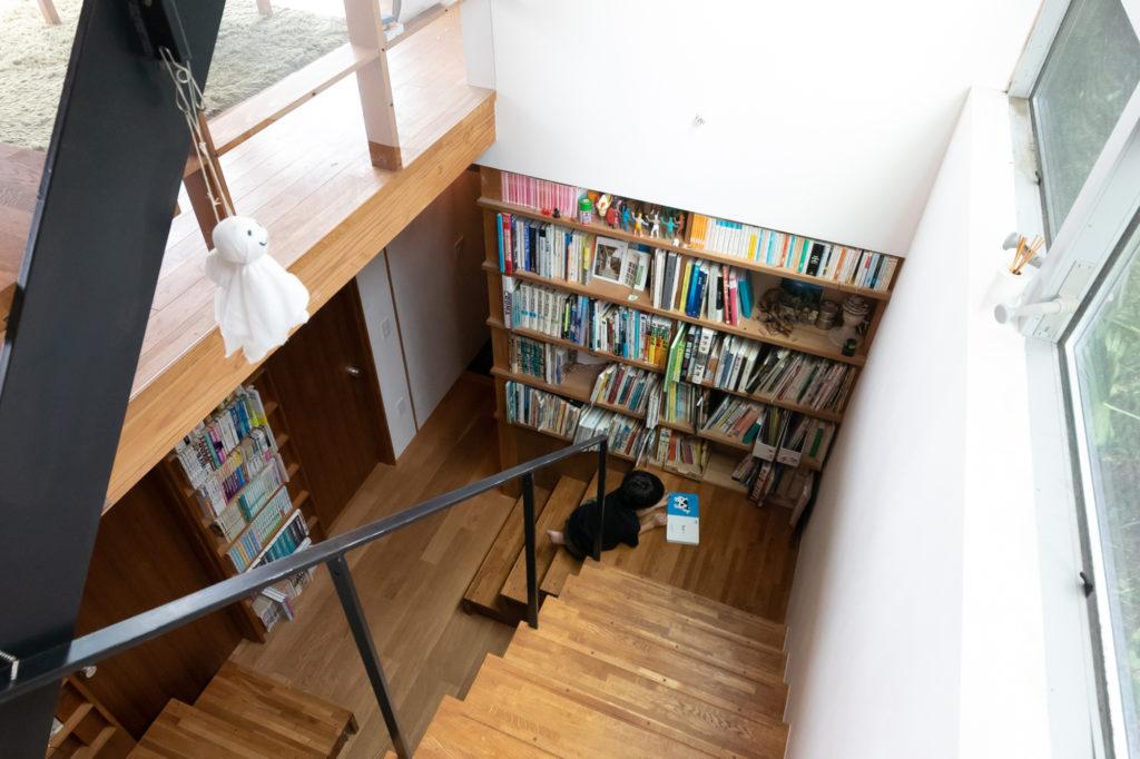 2階から見下ろす。階段の真ん中で、朔くんがよく本を読んでいるという。