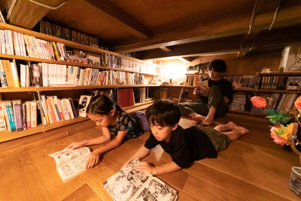 """地下収納をDIYした""""隠れ部屋""""。読書に心地よいスペース。"""