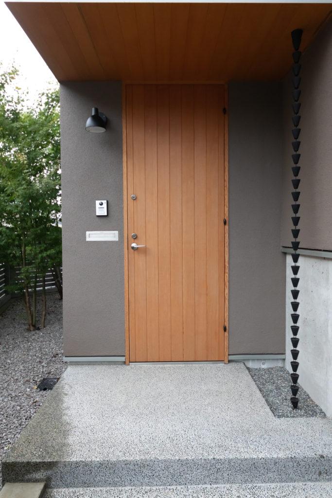 清々しい雰囲気の玄関アプローチ。ドアはピーラーで。