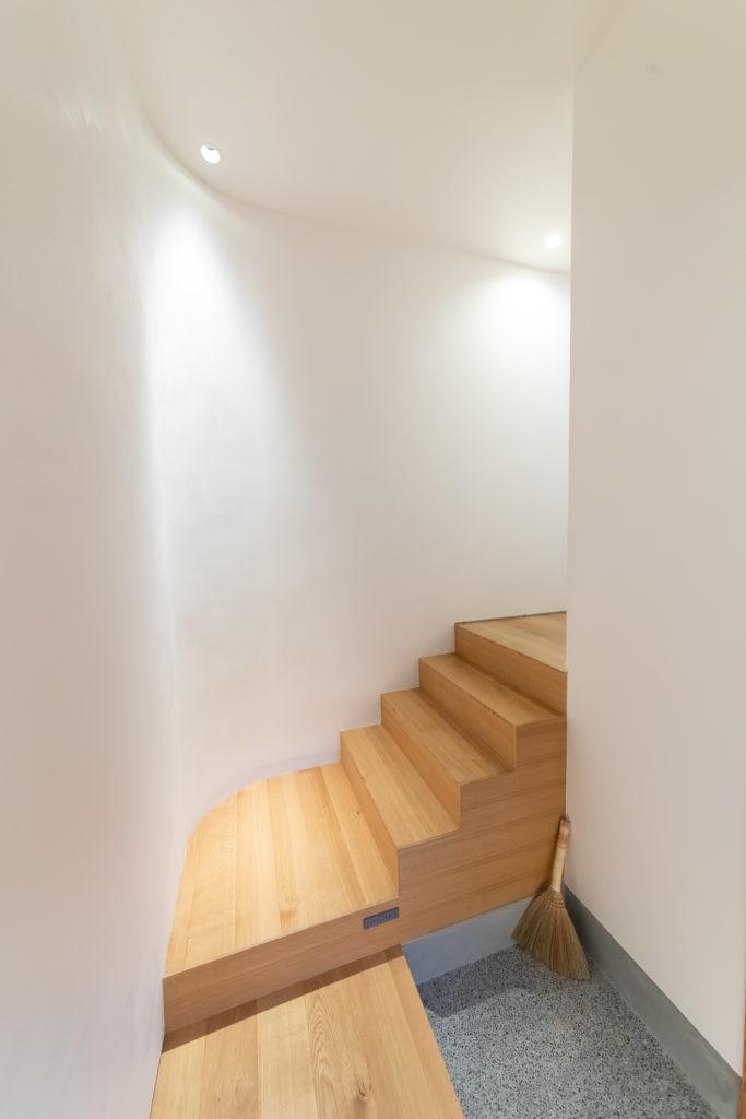 玄関から、スキップフロアで1階へとつながる。