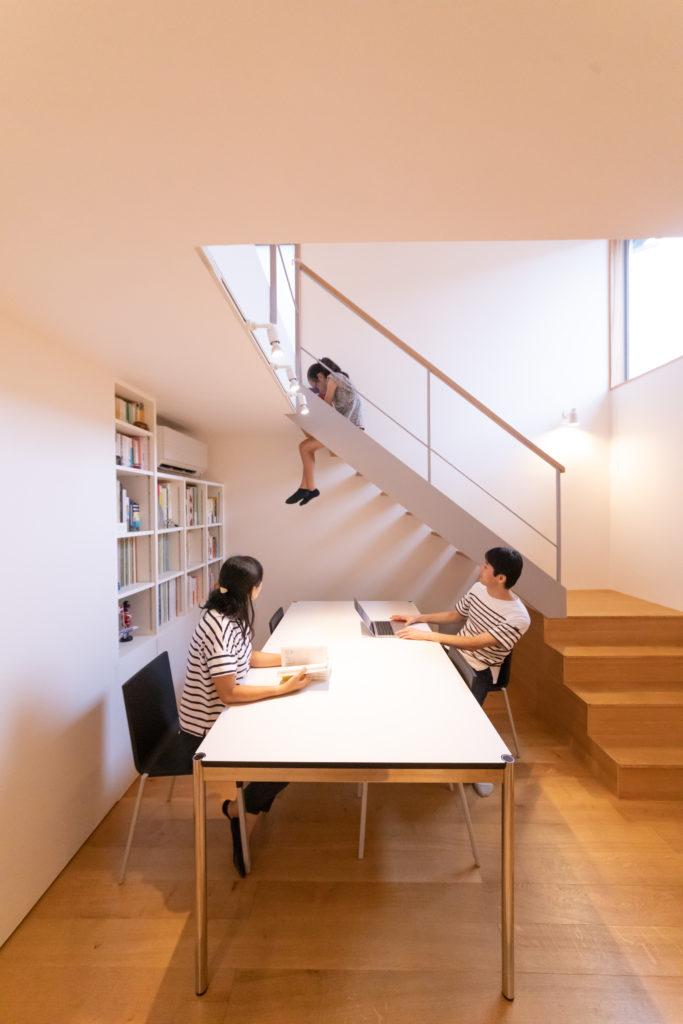 持っていたテーブルに合わせて設計してもらった書斎コーナー。階段上の開口から、光が降りてくる。